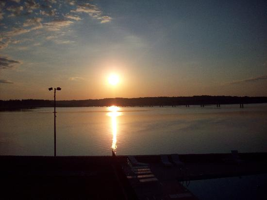 Clarksville, Wirginia: Another sunrise view from the motel.