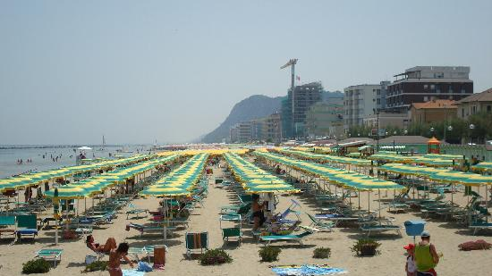 Pesaro, Italy: The beach umbrellas!