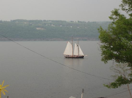 Admiral Peabody's Lakeside Lodging: View of sailboat from front deck
