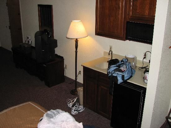 Quality Suites: Sleeping area, facing fridge/sink