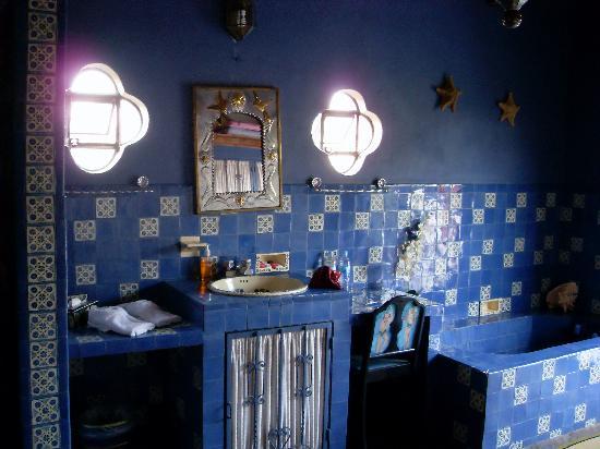 ـــــايل blue-room-bathroom.j