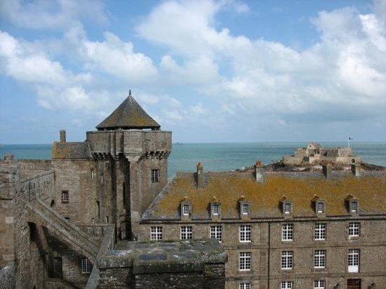 Saint-Malo, Frankrijk: The beautiful fortresses protecting historic Saint Malo harbor