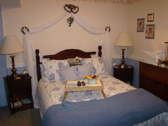 MacQueen's Manor Bed &  Breakfast: Blue Room 1