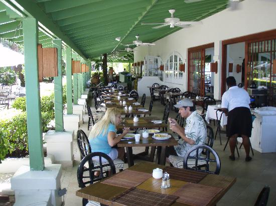 Mango Bay All Inclusive: restaurant and bar