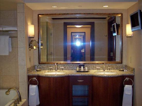 Ameristar Casino Resort Spa St. Charles: bath