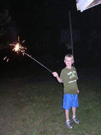 ‪بيتش إن تاون موتل: Setting off sparklers‬