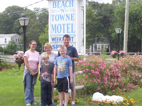 Beach N Towne Motel: Our family in front of the sign