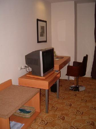 Greenhills Elan Hotel Modern: Desk/TV
