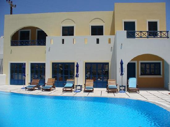 Sunshine Hotel: The pool
