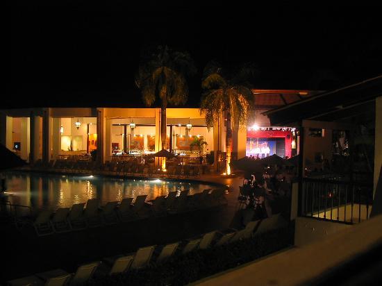 """BlueBay Villas Doradas Adults Only: Vue sur la salle à manger et le """"Théâtre"""" la nuit"""