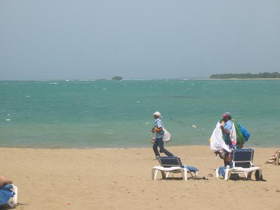 BlueBay Villas Doradas Adults Only: Les vendeurs sur la plage et vue sur la baie