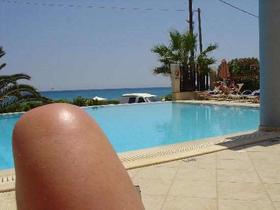 Anassa Hotel: My knee by the pool