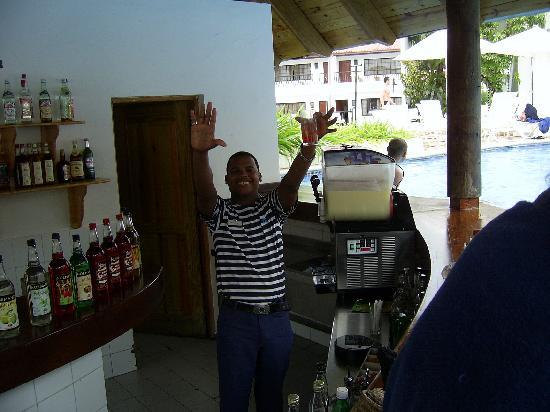 BlueBay Villas Doradas Adults Only: manuel, un des très gentils serveurs, même pas le temps de finir un drink, qui t'en donne un aut
