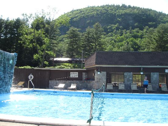 Stony Creek Ranch Resort: The large pool with the waterfall