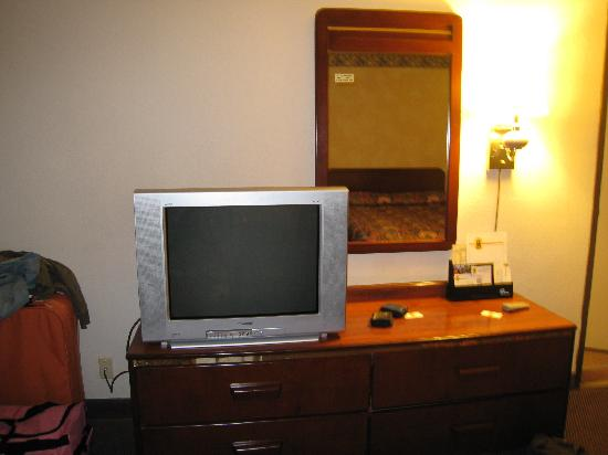 Hotel Mira Vista: Super 8 Berkeley El Cerrito - Basic Television and drawers.