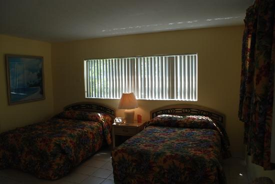 Coral Bay Resort: Two double beds that were in room
