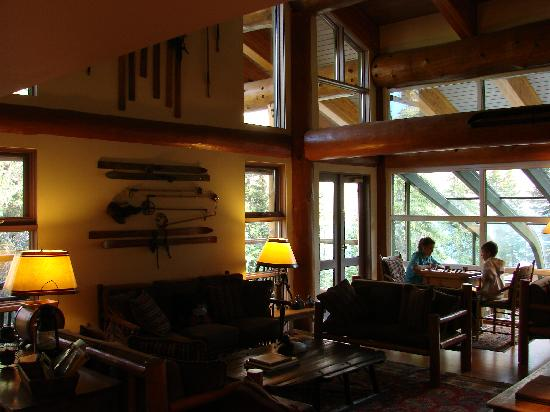 Moraine Lake Lodge: Kids playing checkers in cozy library