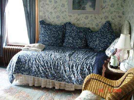 Margaretville, NY: Room with daybed/Fluffy Pillows