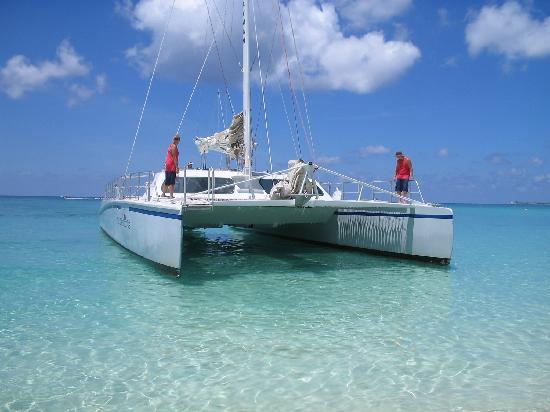 Grand Cayman: Catamaran pulling in