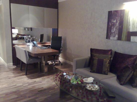 InterContinental Al Khobar: Living Room with Working Desk at Deluxe Room