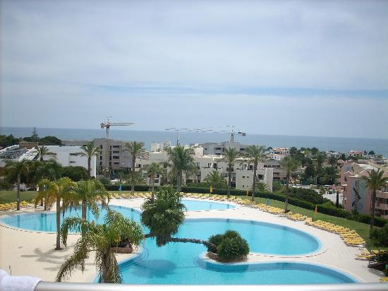 Alto da Colina Aparthotel: Pool and sea view