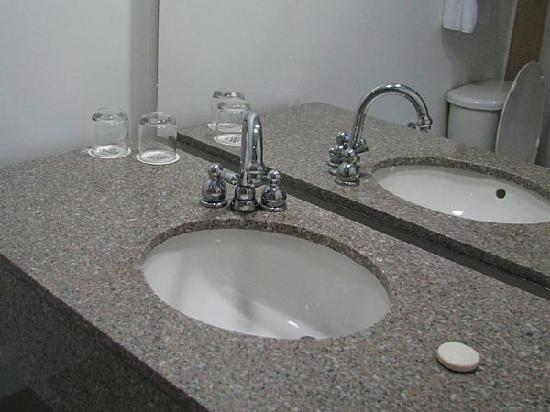 Holiday Inn Express Medellin: A simple but functional bathroom.