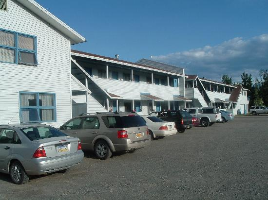 Snowshoe Motel Fine Art and Gifts: Parking lot