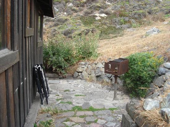 Steep Ravine Cabins : The back patio and bbq area