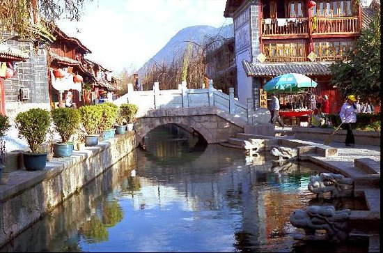 ‪ليجيانج, الصين: Lijiang bridge/square near the hostels‬
