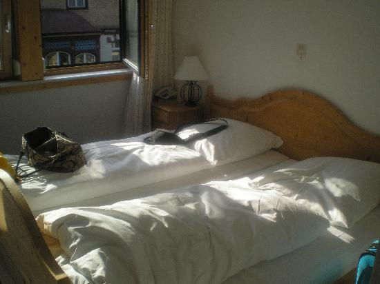 Gasthof Adler: picture of the double bed.
