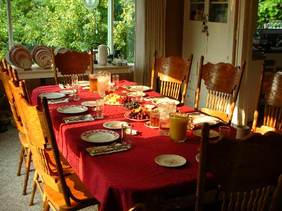 River Walk Inn Bed and Breakfast: Breakfast is Ready