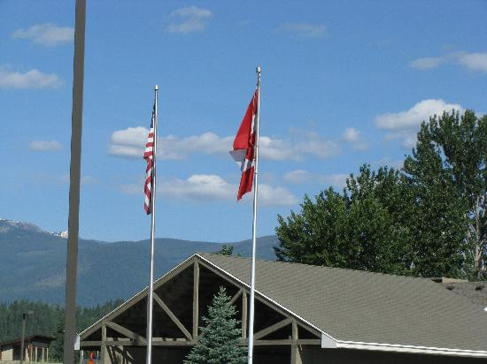 Best Western Plus Kootenai River Inn Casino & Spa: Pic of US & Canada Flags in front of the hotel