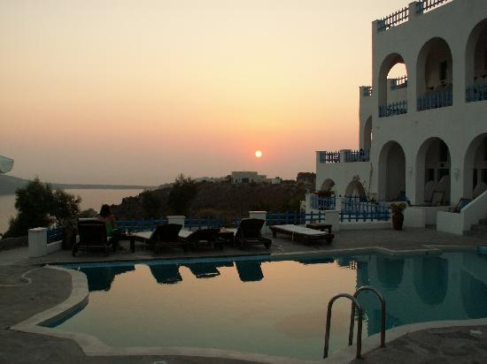 Hotel Atlantida Villas: Sunset from the pool