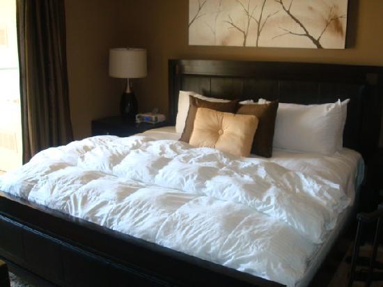 Meridian Luxury Suites: the bedroom