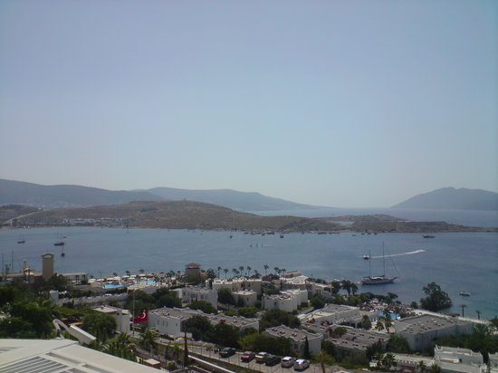 Bitez, Turkije: View from the lower pool over the bay