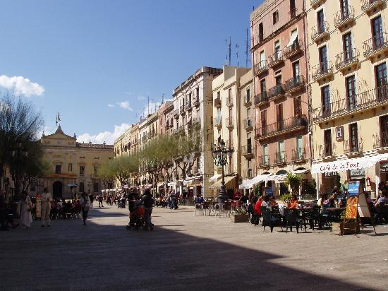 Hotel Placa de la Font: Placa de la Font Square, hotel on extreme right