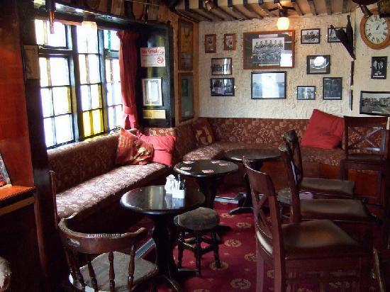 Antique Tavern: Cozy little pub