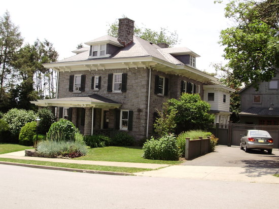 Kennett House Bed & Breakfast: side view showing enclosed sleeping porch