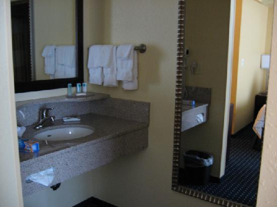 SpringHill Suites Erie: The separate bathroom sink area