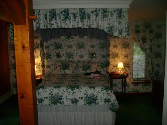 Crescent Lodge & Country Inn: I hate the decor