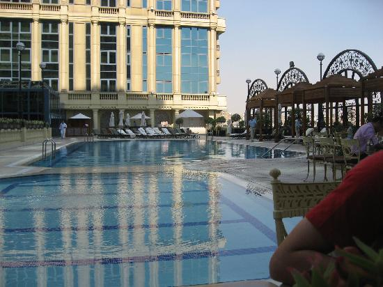 Four Seasons Hotel Cairo at the First Residence: La piscina al atardecer