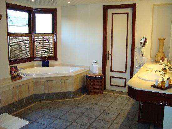 Dinarobin Beachcomber Golf Resort & Spa : Massive bathroom..