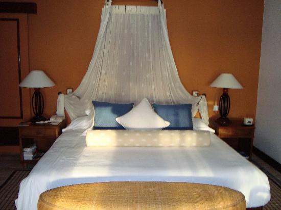 Dinarobin Beachcomber Golf Resort & Spa: Huge bed, very comfortable