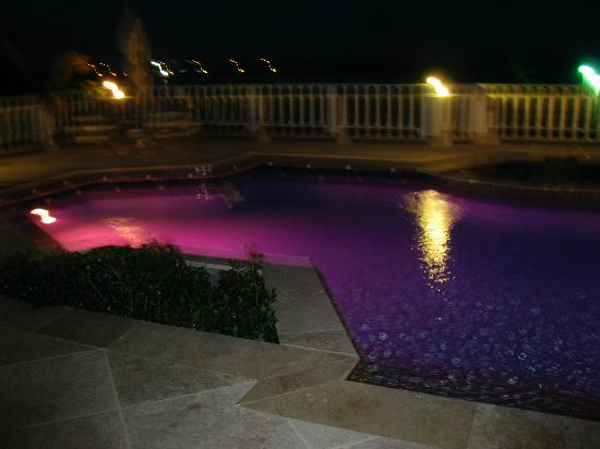 Sheriva Villa Hotel: pool changes colors