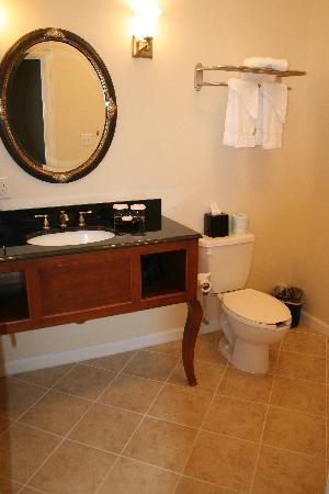The Mimslyn Inn: Bathroom