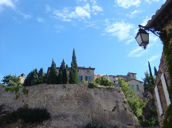 Le Paradis : A view of the local town