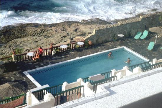 Hotel and Studios Cavos Bay : Pool im Hotelgarten