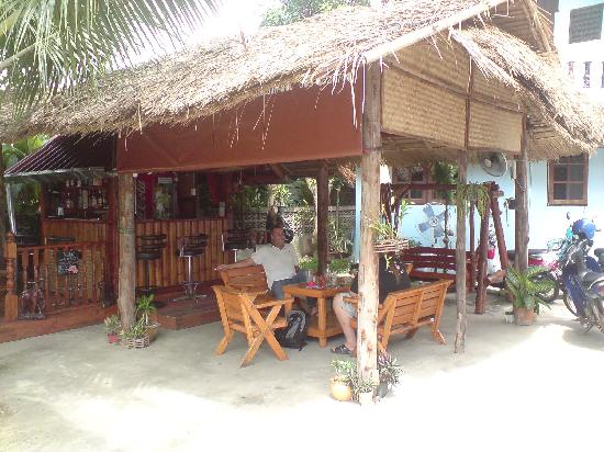 PS Guesthouse: Kleine Bar im Hof
