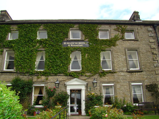 Reeth, UK: The hotel front