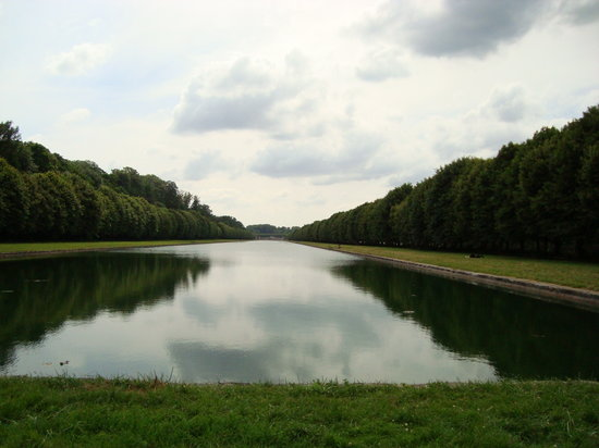Fontainebleau, Frankrijk: The end of the pond looking toward the castle